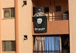 Иракский солдат держит флаг «Исламского государства» на балконе здания во время боя в северной части Мосула, Ирак, 9 января 2017 года. Фото: Ari Jalal / Reuters    MIDEAST-CRISIS/IRAQ-MOSUL