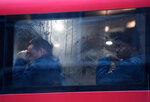 Мужчины сидят в автобусе во время затора на Вестминстерском мосту в центре Лондона, вызванного забастовкой работников метрополитена. Лондон, Великобритания, 9 января 2017 года. Фото: Toby Melville / Reuters    BRITAIN-UNDERGROUND/STRIKE