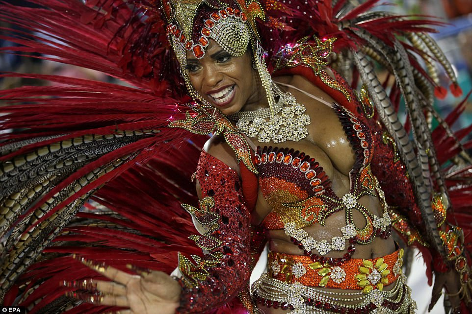 Буйство плоти, пота и блесток: Рио-де-Жанейро захватил карнавал (20 фото)