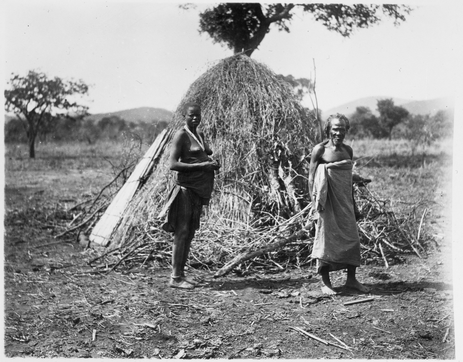 64. Мужчина и женщина племени ванирамба перед хижиной