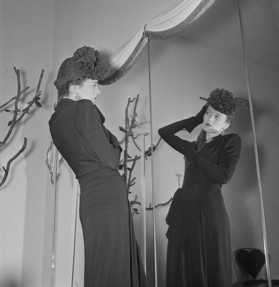 Париж под пятой оккупантов на фотографиях Андре Зукка. Часть 6. 1941. Дело в шляпе-2