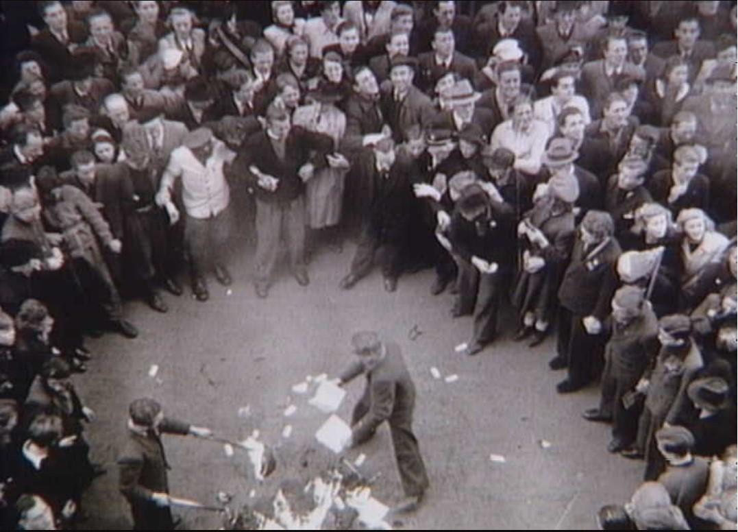 1945. Люди сжигают бумаги из Дагмаруса (немецкий квартал во время оккупации). 6 мая