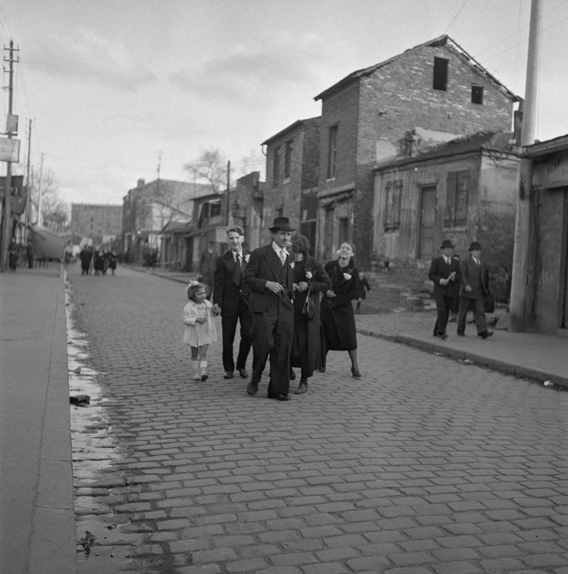 52. Группа людей на улице