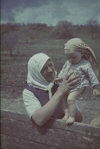 Крестьянка с малышом возле телеги