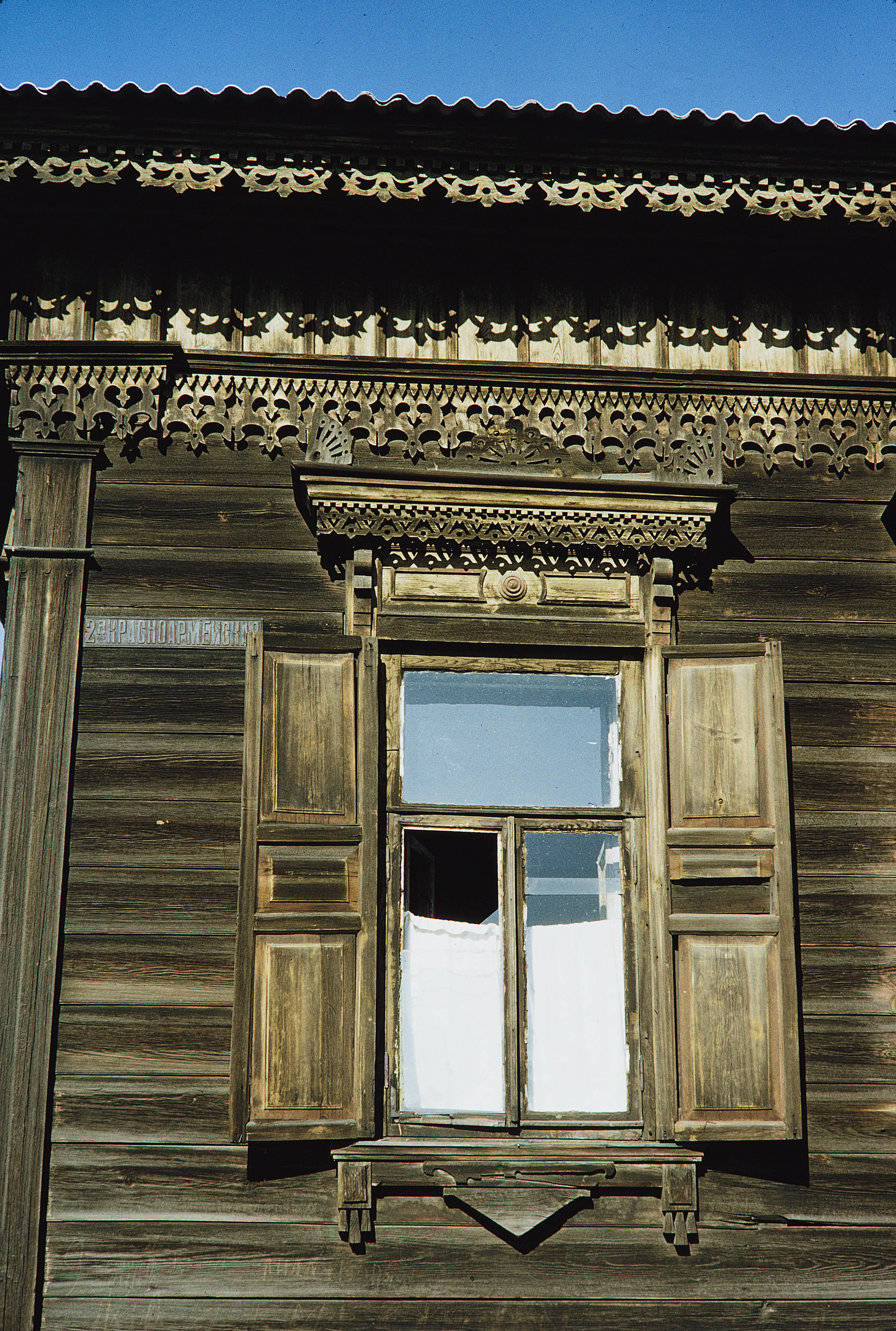 Улица 2-я Красноармейская. Окно деревянного дома
