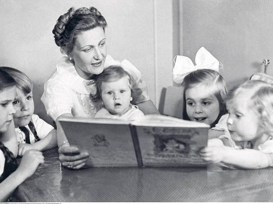 Magda Goebbels mit ihren Kindern ( von links ) : Helga, Hellmuth, Hedda, Hilde und Holde