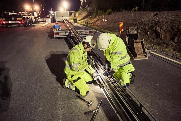 Первая в мире электрифицированная дорога для зарядки электромобилей заработала в Швеции (3 фото)