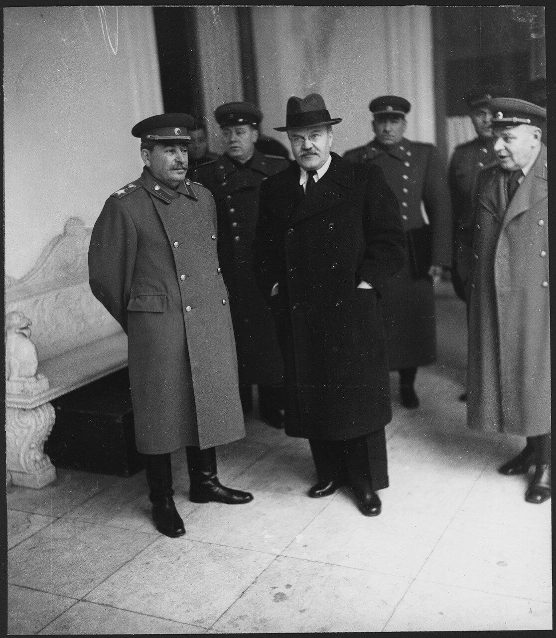 И.Сталин и В.Молотов в аэропорту Саки в ожидании прилета Ф.Д.Рузвельта