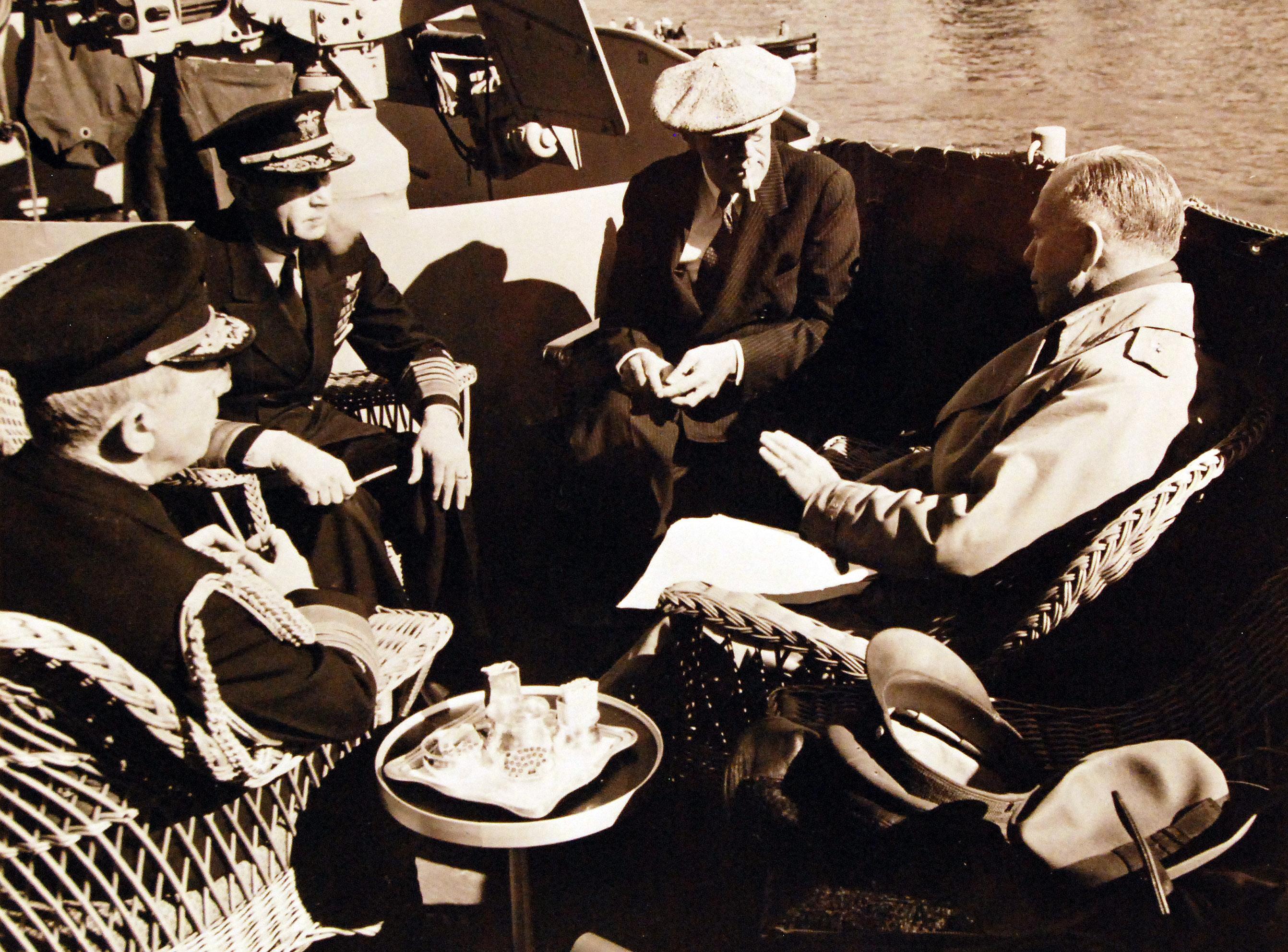 Адмирал флота Уильям Д.Леги, адмирал флота Военно-морских сил США Эрнест Дж. Кинг; Президент Франклин Д. Рузвельт и генерал Джордж Маршалл