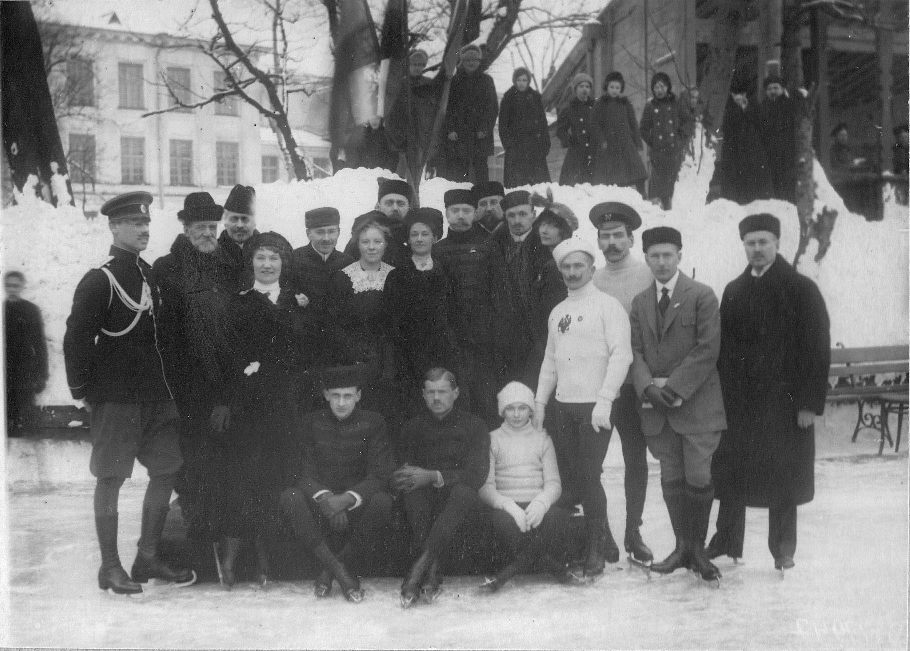 Группа конькобежцев участников соревнований (стоит - 2-й слева Срезневский В.И., 6-й справа - Панин-Коломенский Н.А.). 11 февраля 1913