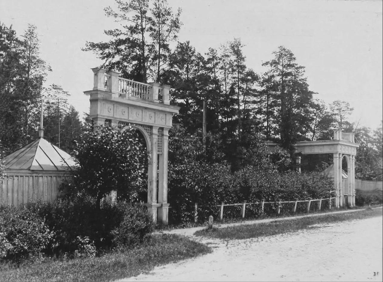 Останкино. Вид входа в здание летнего театра в усадьбе. 1913