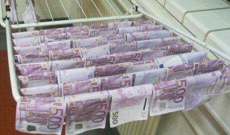 Сто тысяч евро банкнотами 100 и 500 евро выловили из Дуная
