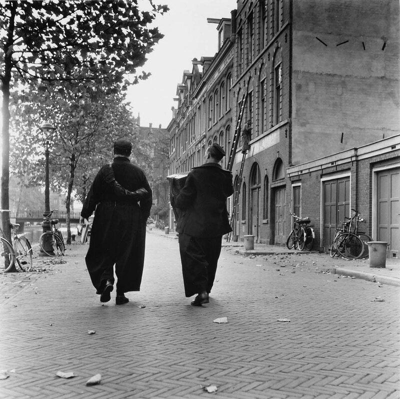 Reportage over de Amsterdamse straatzanger 'Buikie' (W. Visser), 20 oktober 1954Foto Ben van Meerendonk / AHF, collectie IISG, Amsterdam