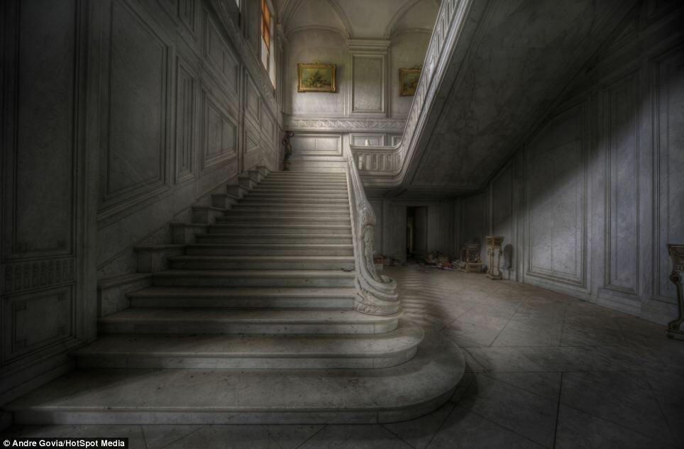 Жуткие фотографии роскошного бельгийского особняка, заброшенного несколько десятков лет назад (11 фото)
