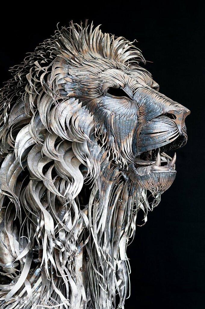 Стальной лев из 4000 пластин