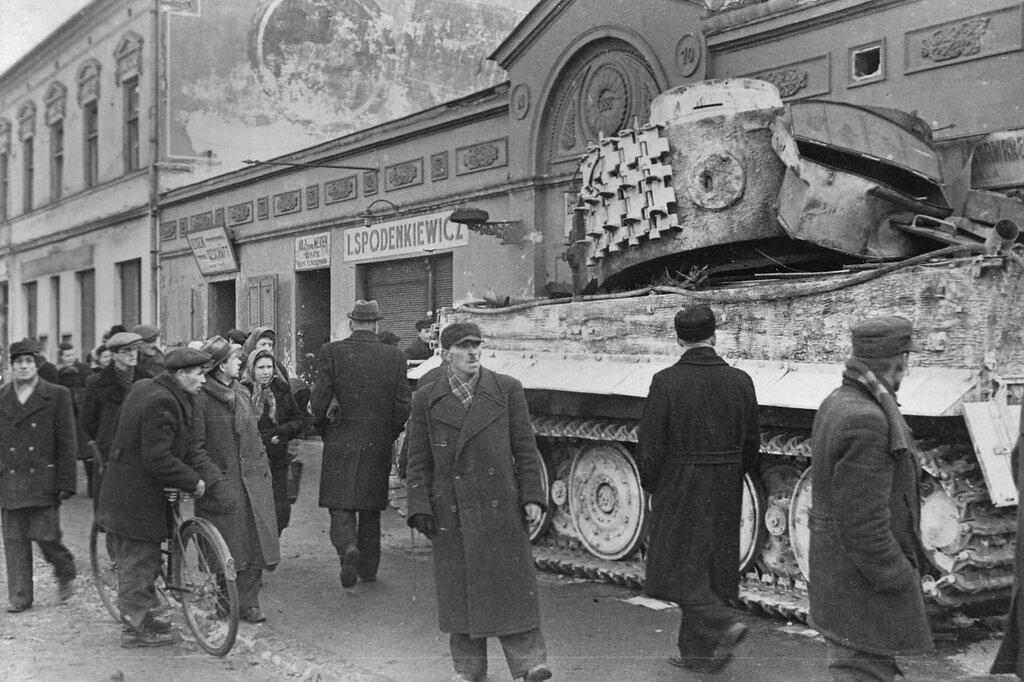 Немецкий танк «Тигр» из 501-го тяжелого танкового батальона, подорванный и брошенный экипажем в польском городе Ченстохова. Январь 1945 года. 1-й Украинский фронт.