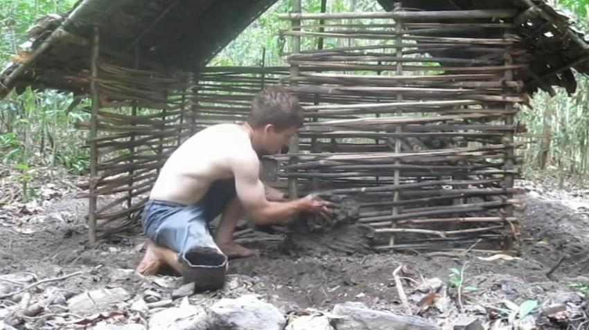 Убойное видео, как парень строит хижину из грязи