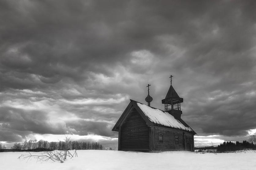 Часовня Святого Пахомия Кенского вдеревне Карпова находится навосточном берегу Долгого озера. Одно
