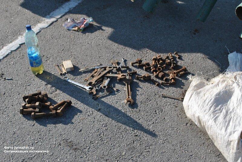 В Луганске начали устанавливать новогоднюю ёлку