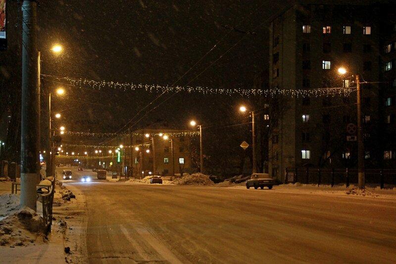 Новогодняя иллюминация и ночной снегопад на ул. Комсомольской в Кирове
