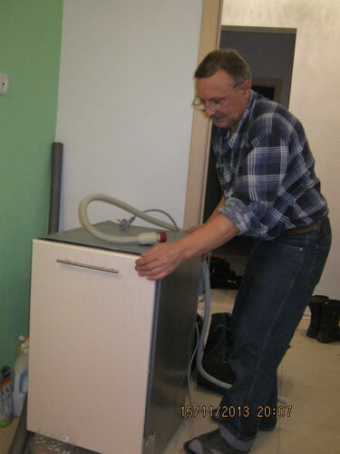 Старший носильщик медсанбата измеряет габариты посудомойки