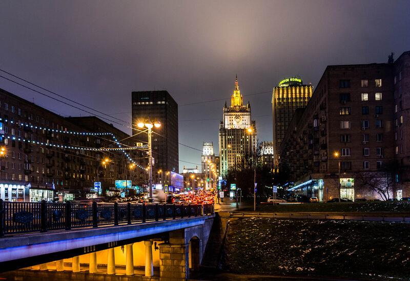 Столица Москва засыпает, огни зажигает она
