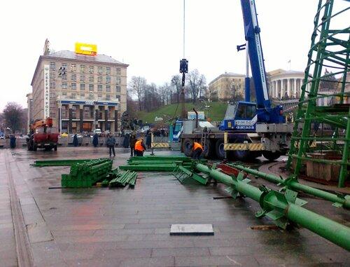 Монтаж главной елки Киева 25 ноября