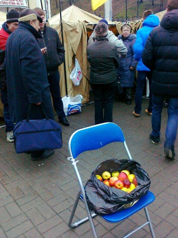Яблоки для участников Евромайдана