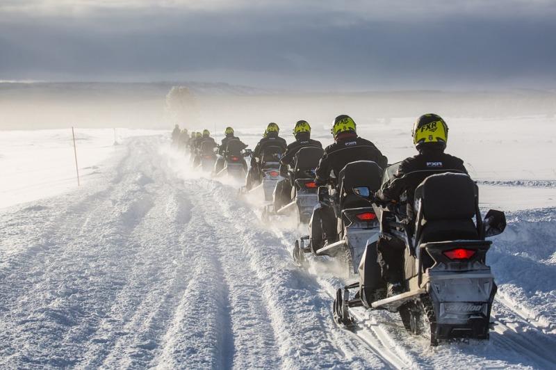 Управление снегоходом при движении в колонне