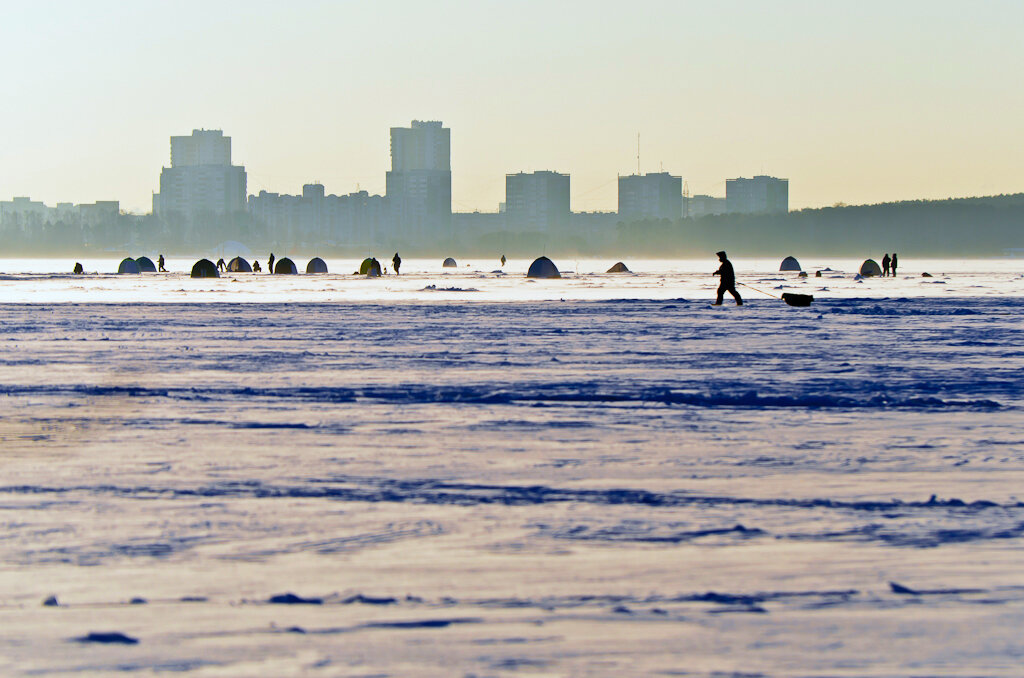 На озере Шарташ в Екатеринбурге вы сразу можете встретить Джанго, волочащий за собой ящик с пулеметом. Камера Nikon D5100 и телевик Nikon 70-300.