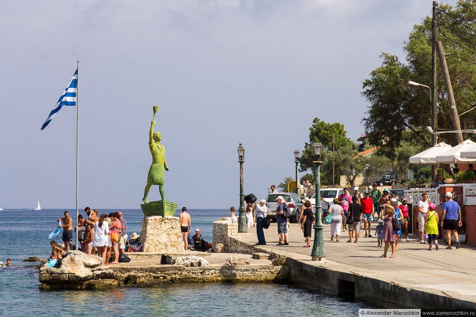 Памятник Гергиосу Анемояннису на набережной в Гайосе