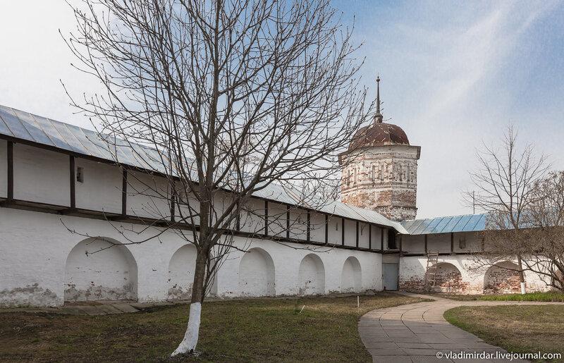 Покровский монастырь в Суздале. Юго-западная башня.