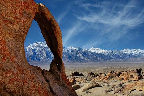 Арка Циклоп обрамляет гору Уитни
