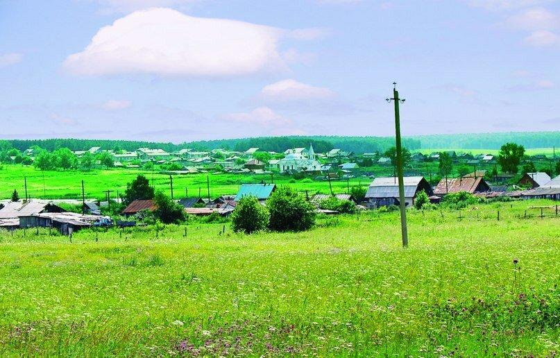 Вид на деревню Медведево. В центре виднеется церковь. (16.04.2014)