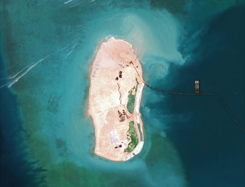 Вид с небес: как китайцы строят острова на спорной территории (9 фото)