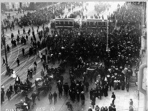 Скопление транспорта во время манифестации на  Невском проспекте.