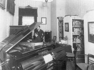 Продажа фортепиано в магазине музыкальных инструментов торгового дома «Юлий Генрих Циммерман».