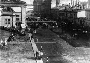 Вид Новоисаакиевской улицы в день полкового праздника.