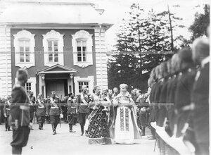 Священники обходят войска, выстроившиеся для парада на площади у Большого Петергофского дворца.