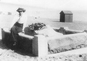 Старшая дочь М.Я.Герценштейна Анна у памятного знака на месте гибели депутата в Териоках.