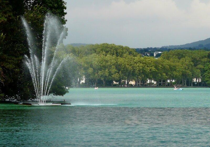 Фонтан на озере Анси.