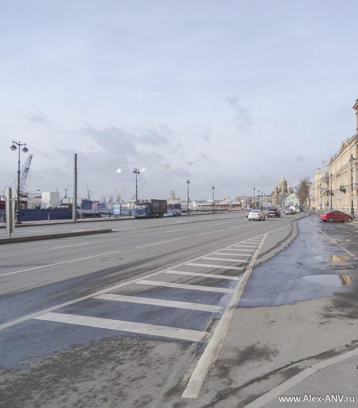 Вдоль набережной, как и почти везде в нашем городе, проходит широкая автодорога.