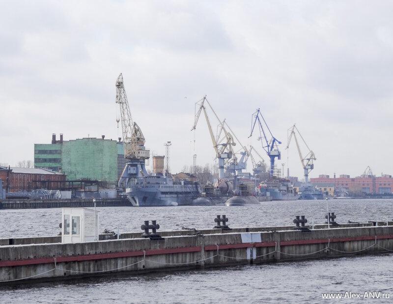 На адмиралтейских верфях то ли разделывают, то ли модернизируют несколько подводных лодок.