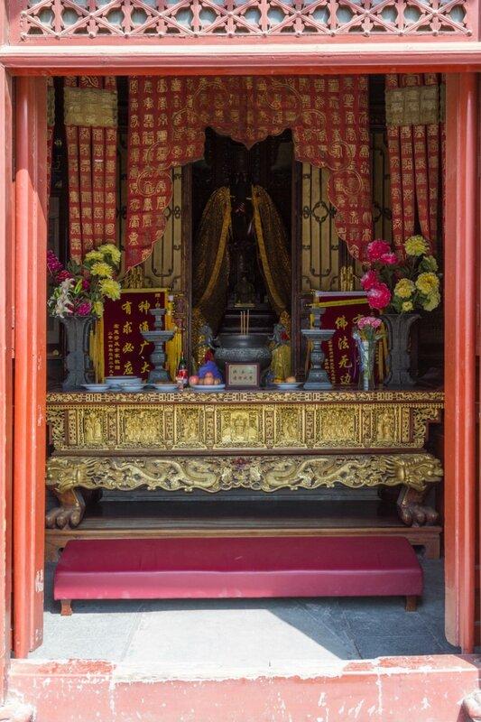 Алтарь в Зале Нефритового императора, храм Белого облака, Пекин