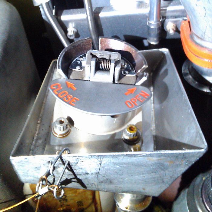 Как авиадвигатель заправляют маслом