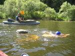 Экспериментальный заплыв вниз по реке со страховкой с лодки