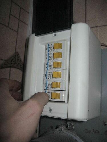 Фото 41. Автомат электроплиты включен окончательно. Автомат этого номинала следовало бы заменить на 32 или 25 А, но хозяева квартиры от замены отказались.