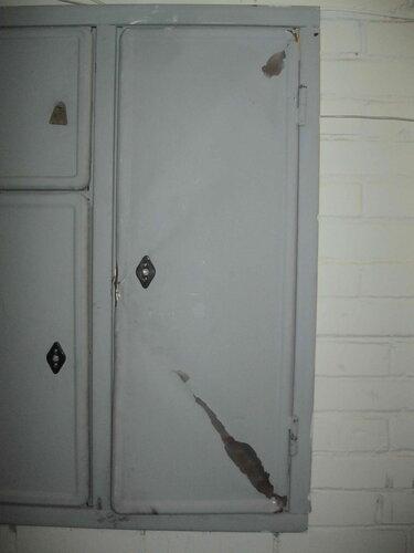 Фото 5. Измятая дверь этажного щита. Крупный план.