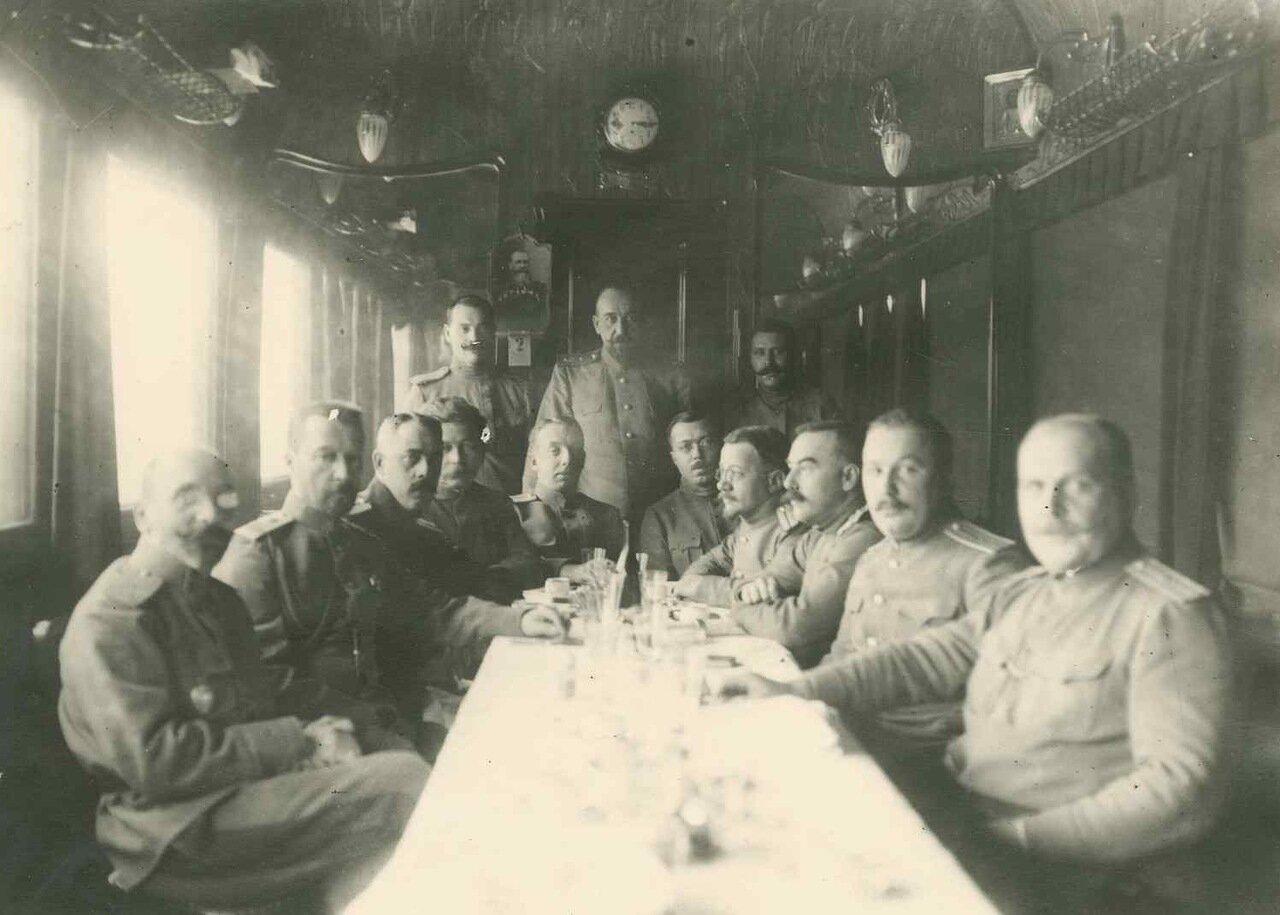 1915. Грондейс в поезде с сотрудниками генерала Николая Иудовича Иванова, командующего  Юго-Западной армией