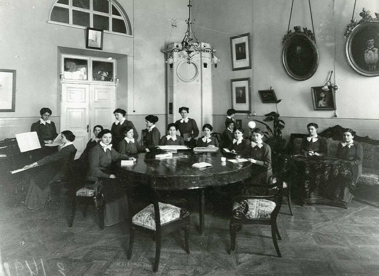 57. Группа воспитанниц Смольного института в гостиной за вышиванием и чтением
